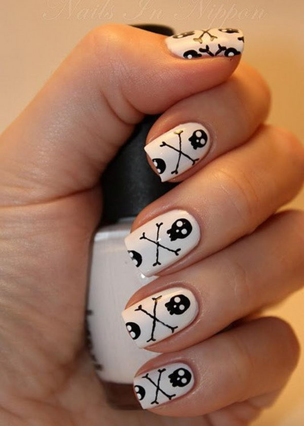 Skulls and Crossbones. Cool Halloween Nail Art which show off your spooky spirit during the freakish festivities.