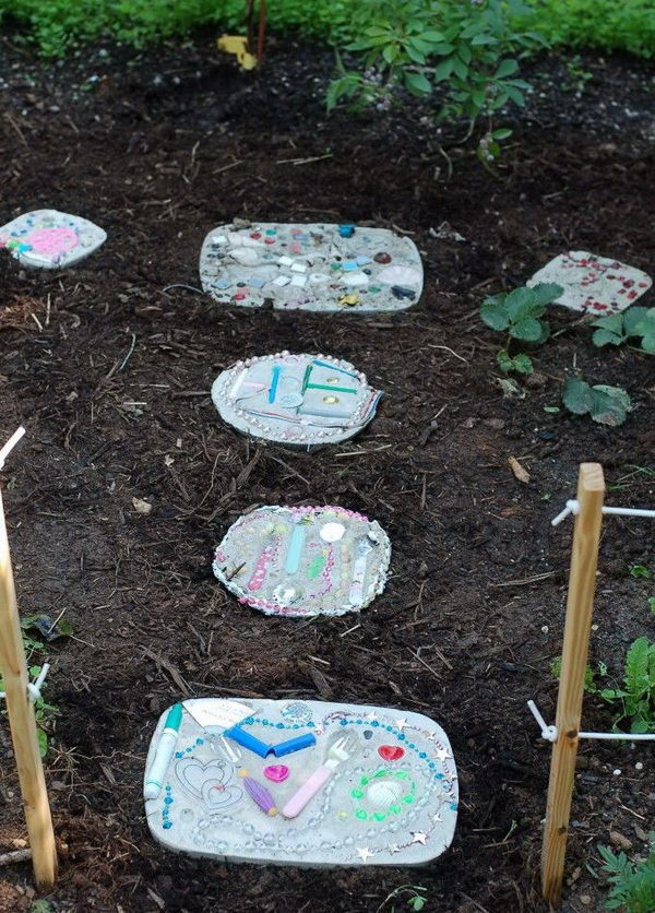 Upcycled Foot Stone. Not only functional but also can be used to decorate your garden. Make the walk in your garden more exciting and fun.