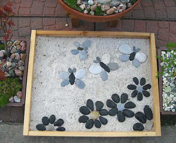 Cute Stepping Stone Idea. Not only functional but also can be used to decorate your garden. Make the walk in your garden more exciting and fun.