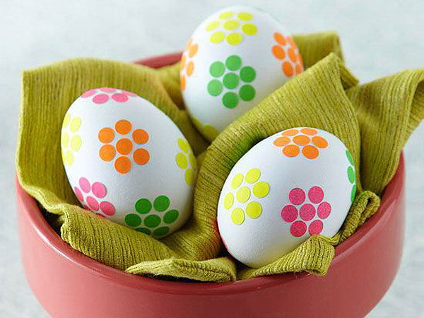 Apply neon dots stickers on these adorable Easter Eggs to achieve the bouque efect,I can smell the fresh air of spring from these lovely eggs.
