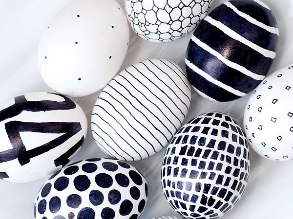 Black and White Easter Eggs. Are you bored about the luxury style or too many decors? Try this simple style by paint different patterns with balck and white. It never loses beauty in visual effect.