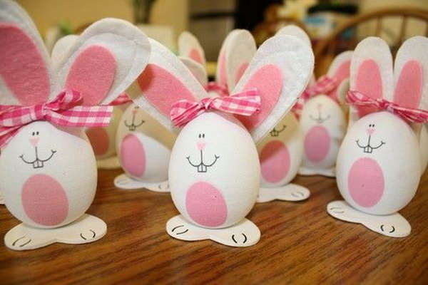 Easter bunny eggs with felt ears and gingham bows. It's amazing for artists to decorate the Easter Egg as such an adorable bunny. I can hardly believe my eyes.