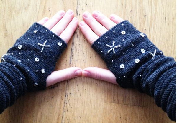 Arm Warmers. It is a sweet and warm gift idea to give your mom arm warmers om special days in the winter. These practical arm warmers are quite easy to make.