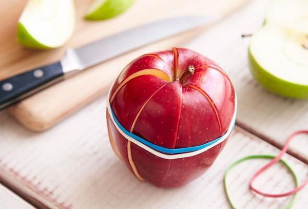 Use rubber bands to hold apple slices together. If you cut a apple,and don't plan to eat it immediately, the rubber bands can help.