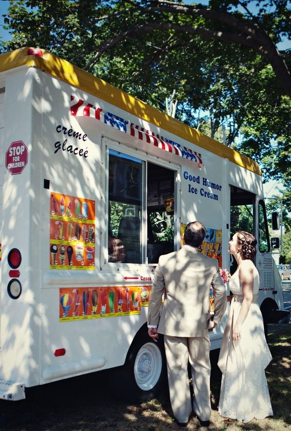 Ice cream Truck. So many people love the sweet desserts. It's so cool to have ice creams on a summer day. This ice cream truck is so fantastic to serve the guests with sweet flavor for the reception.