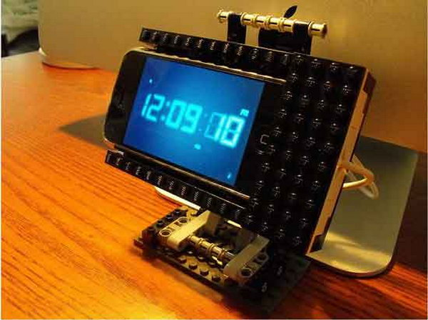 DIY LEGO iPhone Stand. Use broken LEGO's to make this iPhone stand for functional usage and cool outlook. Due to the unique design, you can enjoy iPhone features in landscape view. Just so fabulous.
