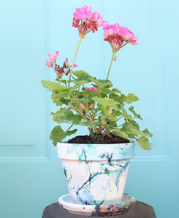 DIY Marbled planters. Nail Polish poured in water creates a beautiful and marbled effect. To make a nail polish marbled planter with this effect is super easy and fun.