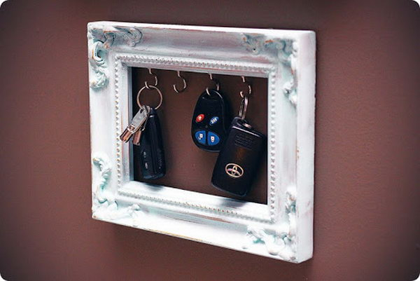 DIY Vintage Frame Key Holder.  A wonderful vintage frame with small hooks to support your keys. be at hand every time you leave or get home. See how to do it