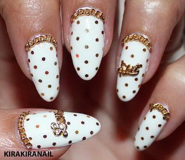 Gold Glitter Chain Manicure.