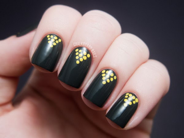 The combination of yellow and dark gray looks so punchy and modern together. Love the small yellow dots in a pyramid shape very much. Check out the tutorial