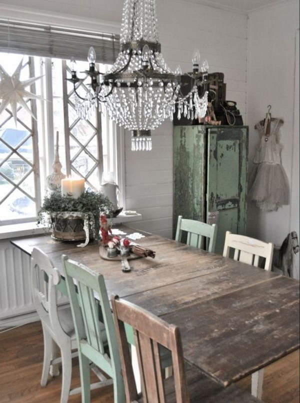 Exceptionnel Rustic Chic Dining Room With Reclaimed Wood Table And A Vintage Crystal  Chandelier