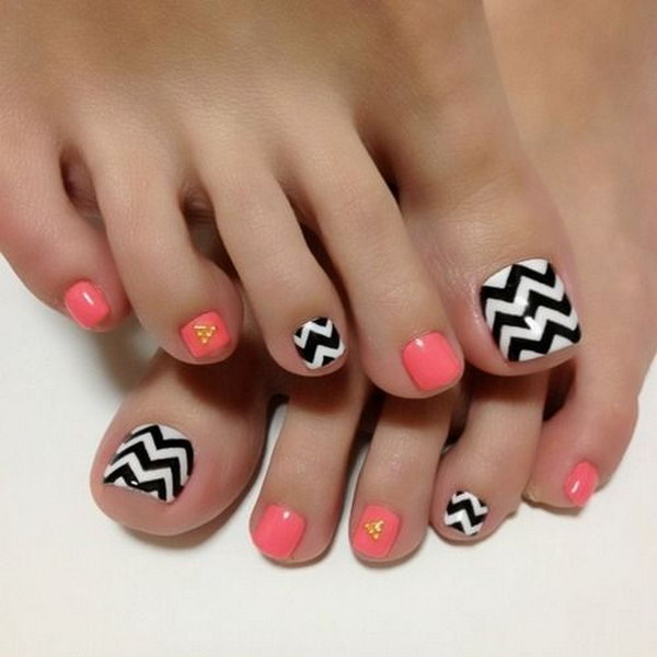 Black and White Zig Zag Toe Nails.