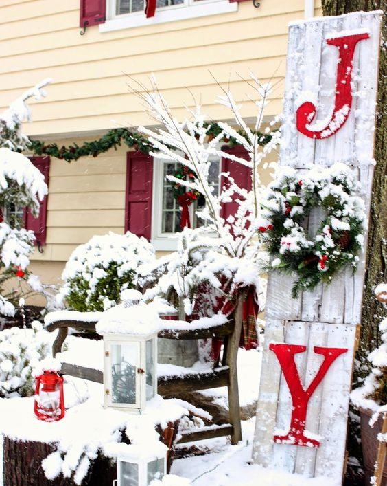 11 outdoor christmas decoration thumb