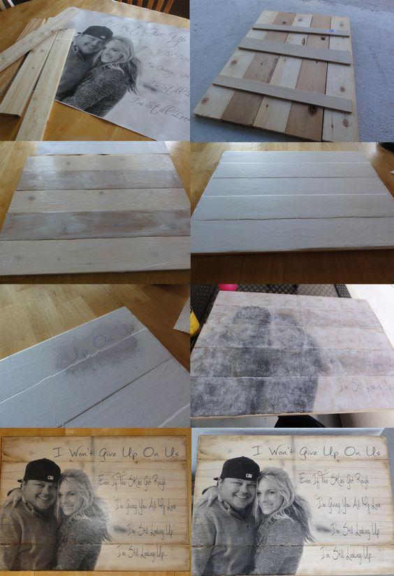 Foto transferida para madeira com letras de músicas de casamento.